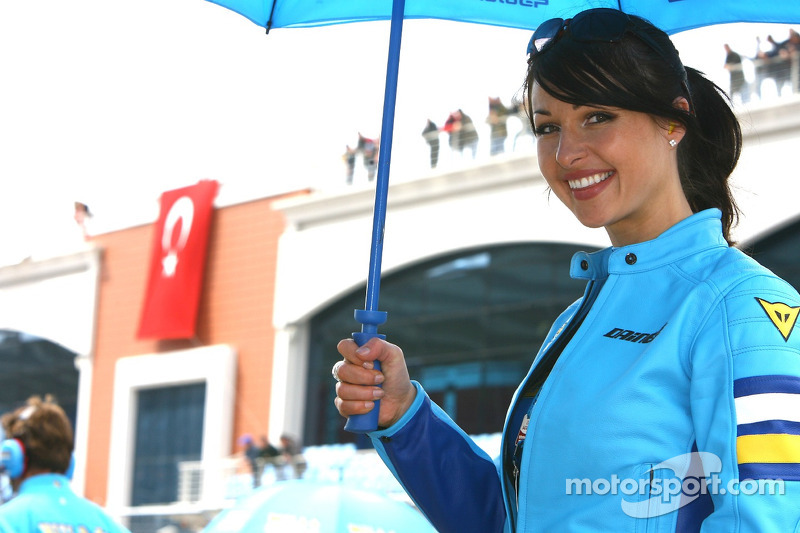 Une jole jeune femme de Suzuki avec un parapluie