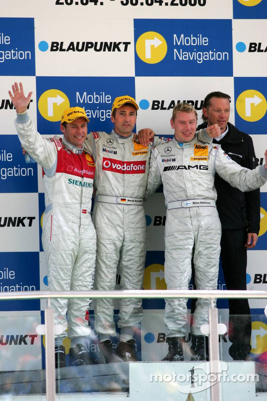 Podium: le vainqueur de la course Bernd Schneider avec Tom Kristensen, Mika Häkkinen et Hans-Jürgen Mattheis