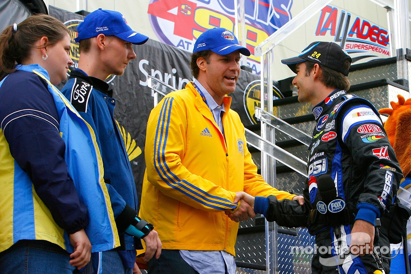 L'acteur Will Ferrell et Randy McCloy saluent Jeff Gordon