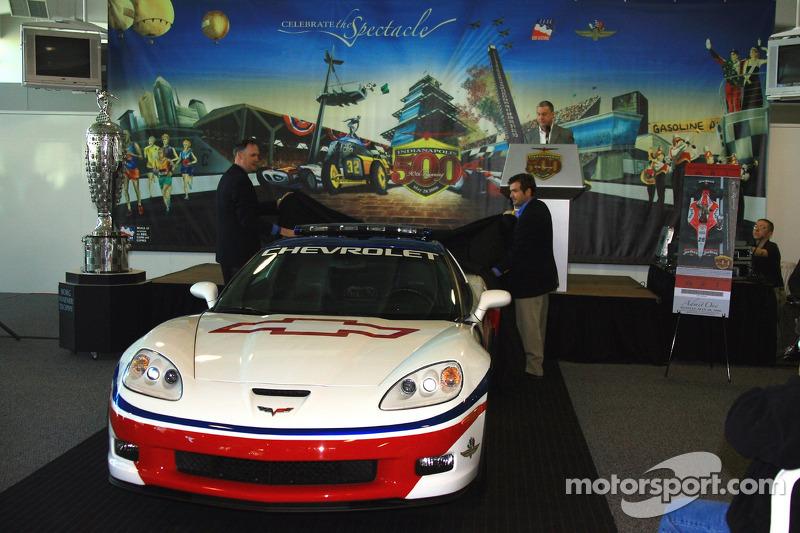 Le manager général de Chevrolet Ed Peper, à gauche, et le président de Indianapolis Motor Speedway Joie Chitwood dévoile la Chevrolet Corvette Z06