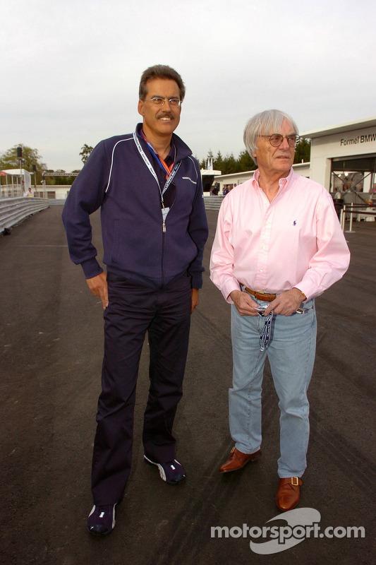 Visite du stand de l'équipe BMW Sauber: Dr Mario Theissen et Bernie Ecclestone à la cérémonie d'ouve