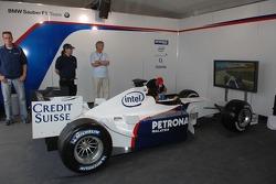 Visite du stand de l'équipe BMW Sauber: un calculateur de course
