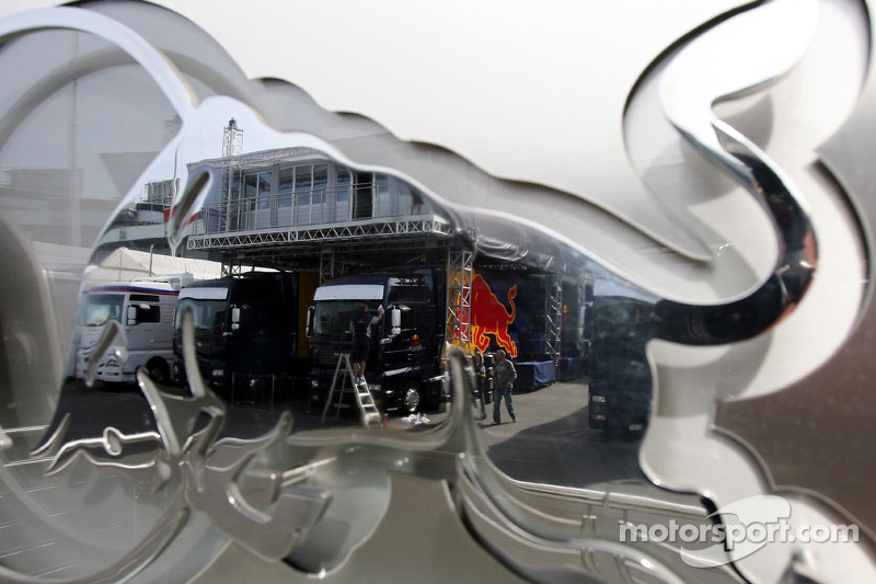 Des camions Red Bull Racing reflètent dans le logo Red Bull
