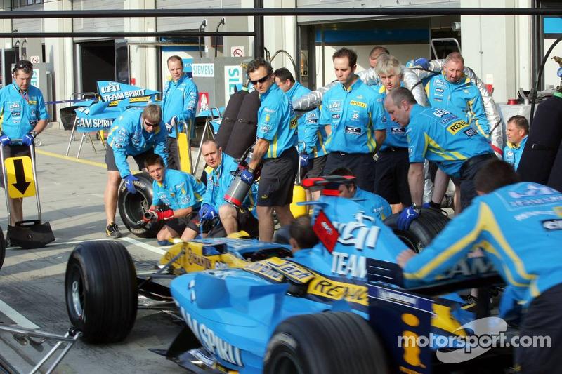 Arrêt au stand de l'équipe Renault