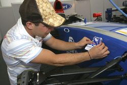 Ernesto Viso prepares his car