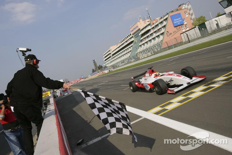 Lewis Hamilton passe la ligne d'arrivée