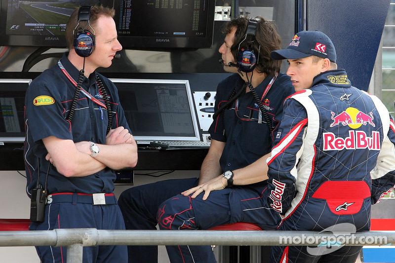 L'ingénieur de course Mark Hutcheson, l'ingénieur de course Ciaron Pilbeam et Christian Klien au portique des stands