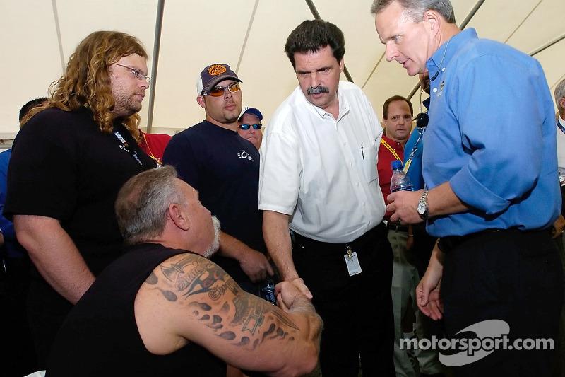Président de la NASCAR Mike Helton salue Paul Teutul Sr., Mikey Teutul, Paul Teutul Jr. et Bob Owens durant la rencontre des pilotes avant la course NASCAR