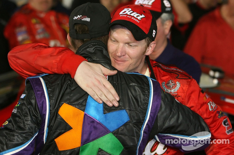 Voie de la victoire: le vainqueur Dale Earnhardt Jr. avec Denny Hamlin