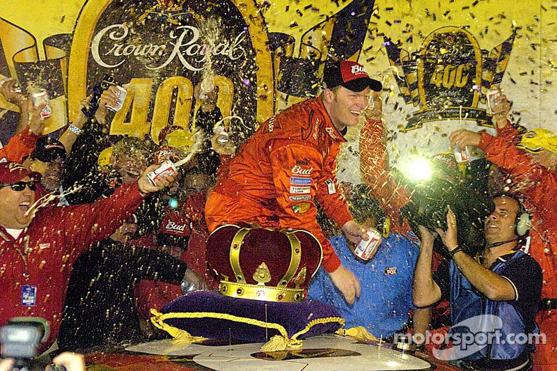 Dale Earnhardt Jr. Dans la voie de la victoire avec une bière