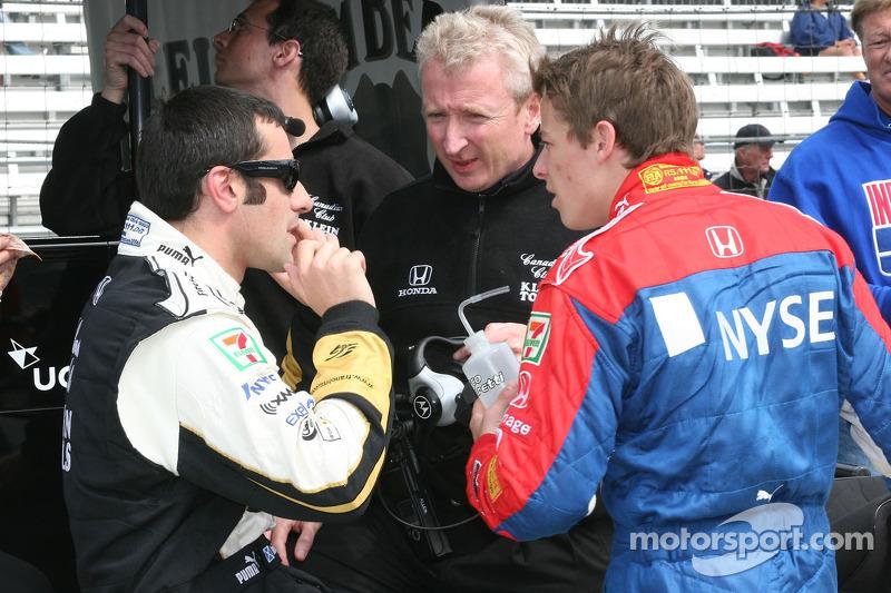 Dario Franchitti converse avec Marco Andretti