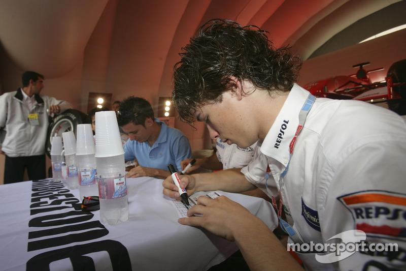 Javier Villa signe des autographes