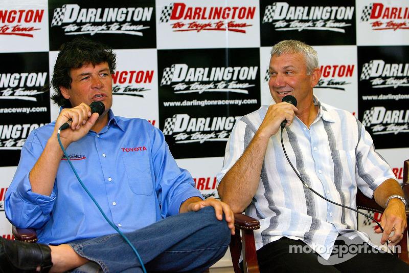 Michael Waltrip et Dale Jarrett parlent avec les médias alors que Jarrett pilotera pour Waltrip en 2007