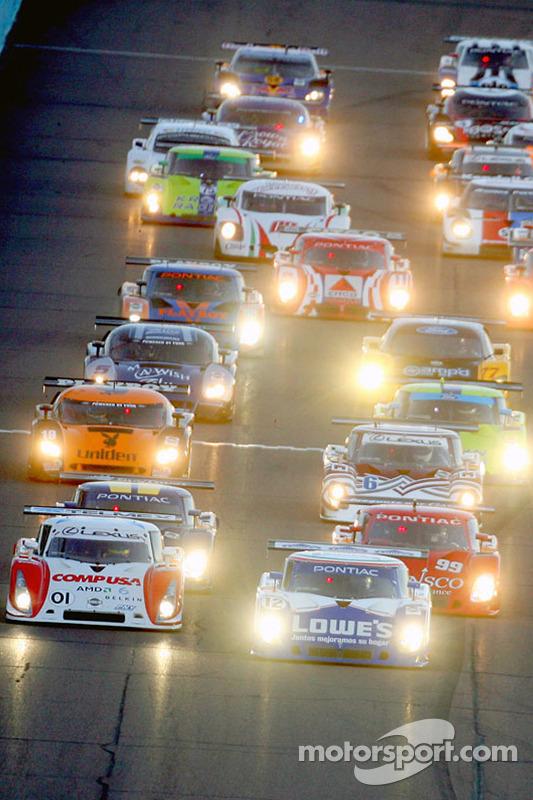 Départ: #12 Lowe's Fernandez Racing Pontiac Riley: Adrian Fernandez, Mario Haberfeld et #01 CompUSA Chip Ganassi avec Felix Sabates Lexus Riley: Scott Pruett, Luis Diaz