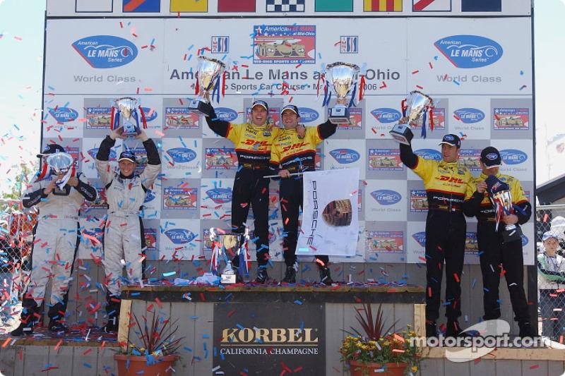 Podium LMP2: les vainqueurs Romain Dumas et Timo Bernhard, les deuxièmes Sascha Maassen et Lucas Luh