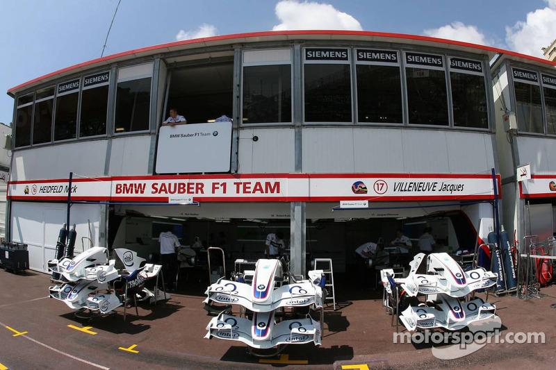 L'équipe BMW-Sauber F1 dans les garages