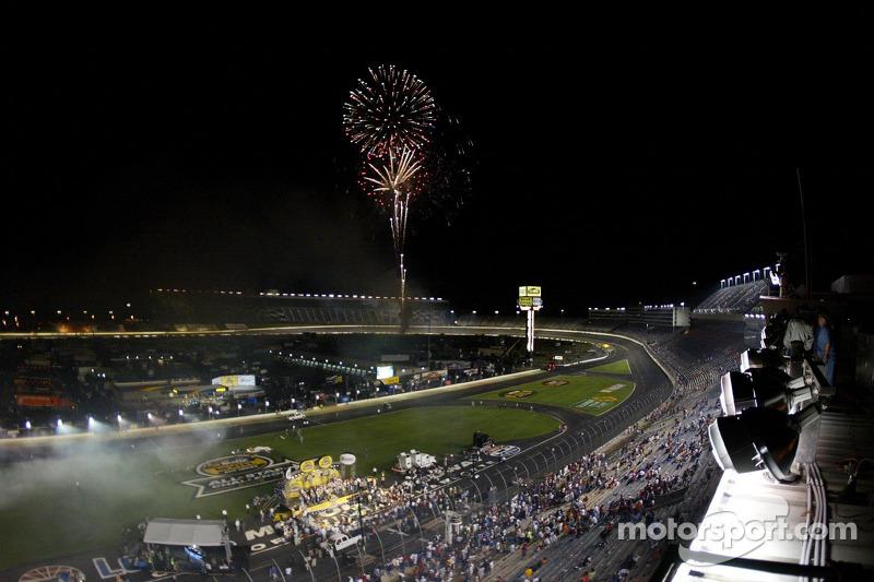 Jimmie Johnson et son équipe fêtent sa victoire à la NASCAR Nextel Cup Series All-Star Challenge