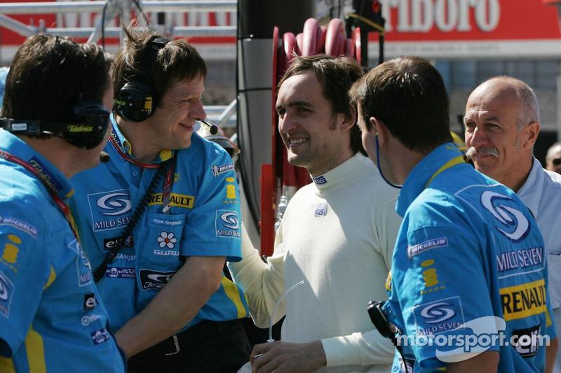 Franck Montagny parle avec les membres de l'équipe Renault F1