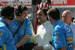 Franck Montagny talks with Renault F1 team members