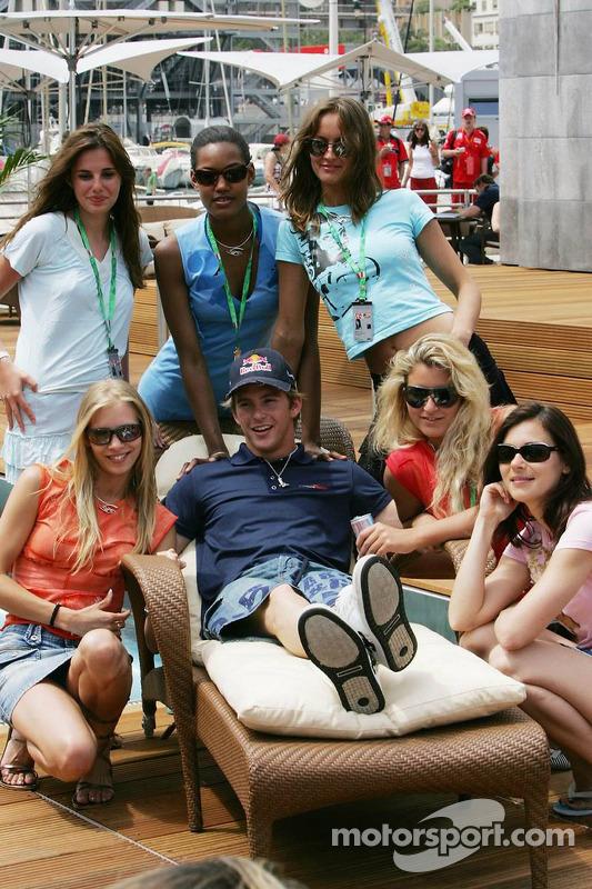 Scott Speed et des jeunes femmes de Formule 1