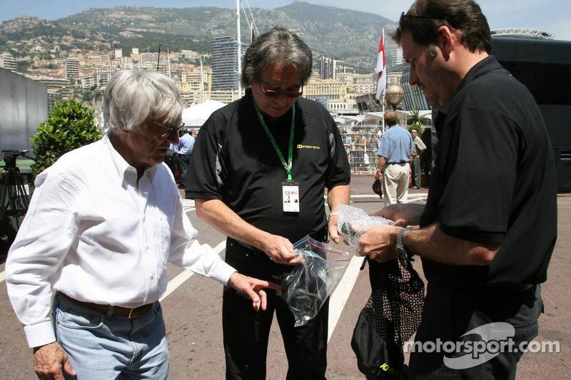 Kangaroo TV est présentée à Bernie Ecclestone par Marc Arseneau