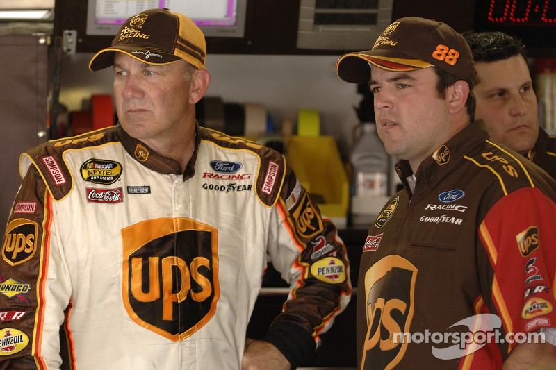 Dale Jarrett et le chef d'équipe Jason Burdett