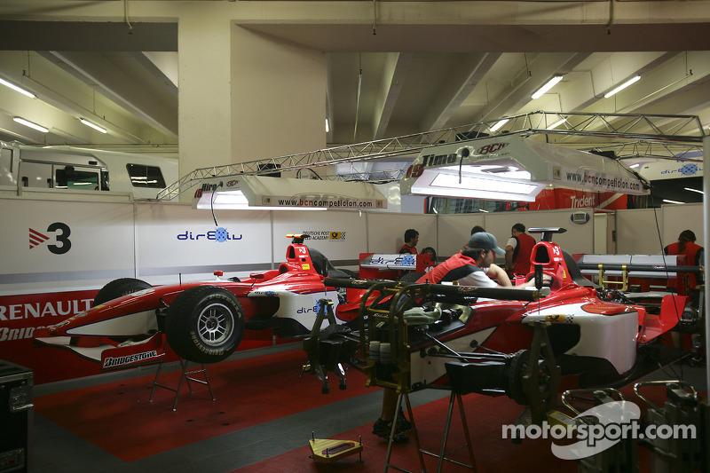 L'équipe BCN Competicion travaille sur les voitures