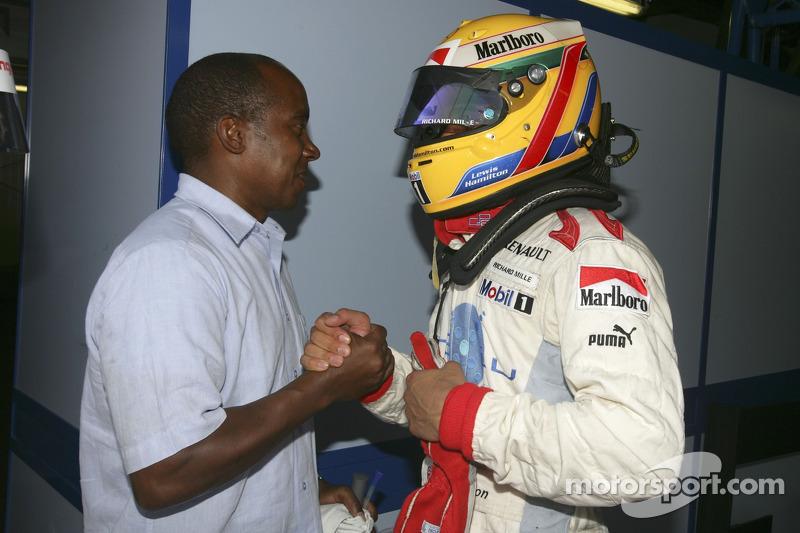 Lewis Hamilton fête sa pole position avec son père Anthony Hamilton