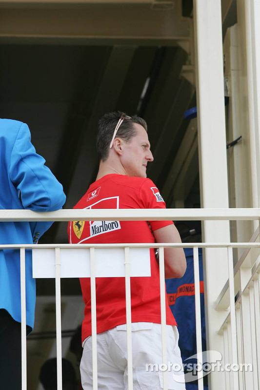 Michael Schumacher assiste à la réunion de course avec les commissaires concernant sa pole position