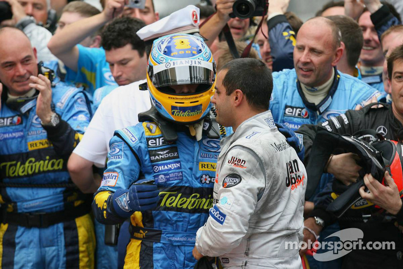 Fernando Alonso celebra con Juan Pablo Montoya