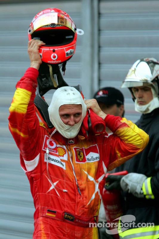 Michael Schumacher se quita su casco