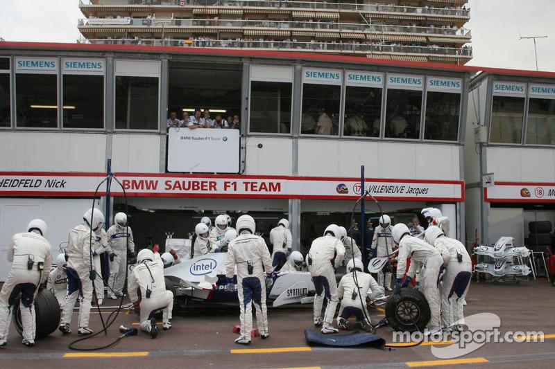 Jacques Villeneuve fait un arrêt au stand