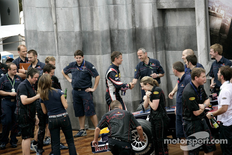 David Coulthard y el equipo de Red Bull Racing celebran el primer podio