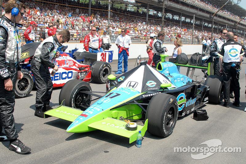 Jeff Simmons et les voitures de Al Unser Jr. Attend sur la neuvième ligne
