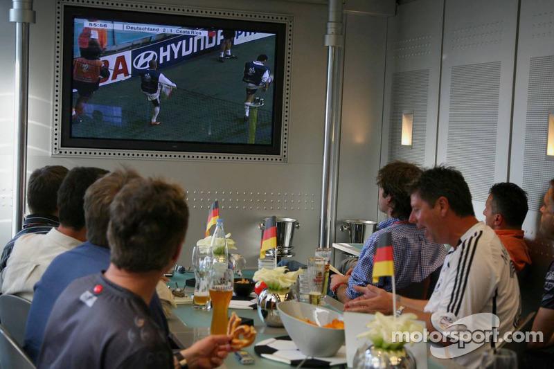 L'équipe McLaren Mercedes regarde l'Allemagne durant la Coupe du monde