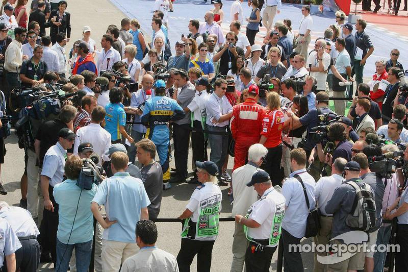 Fernando Alonso et Michael Schumacher parlent avec les médias