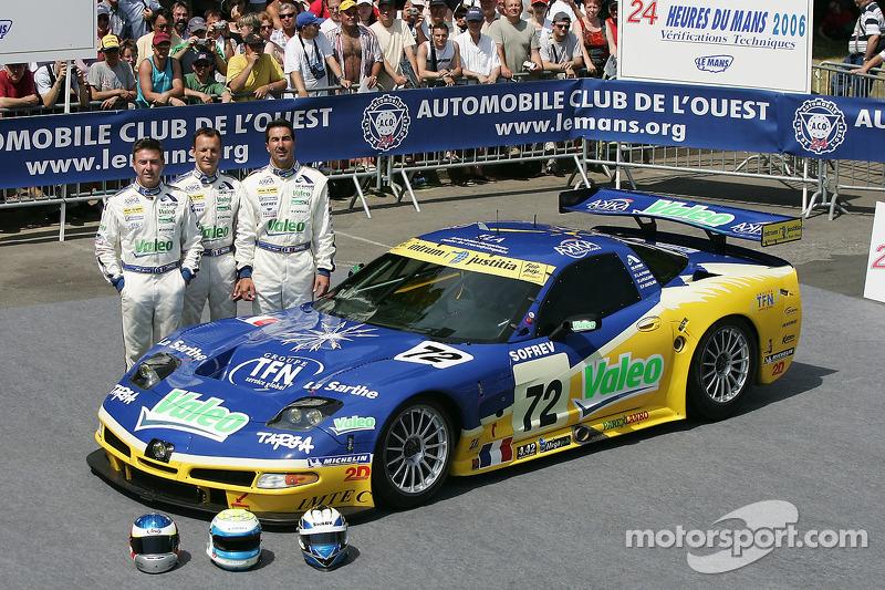 Luc Alphand, Jérôme Policand et Patrice Goueslard posent avec la Luc Alphand Aventures Corvette C5-R