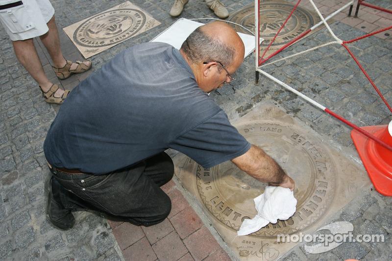 Découverte de la plaque des vainqueurs des 24 Heures du Mans 2005: un homme prépare l'