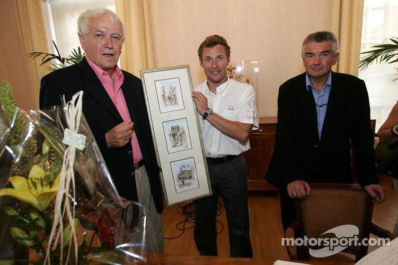 Découverte de la plaque des vainqueurs des 24 Heures du Mans 2005: Tom Kristensen reçoit un cadeau du maire du Mans