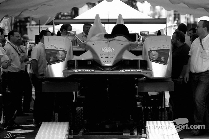 Audi Sport Team Joest Audi R10 à la vérification