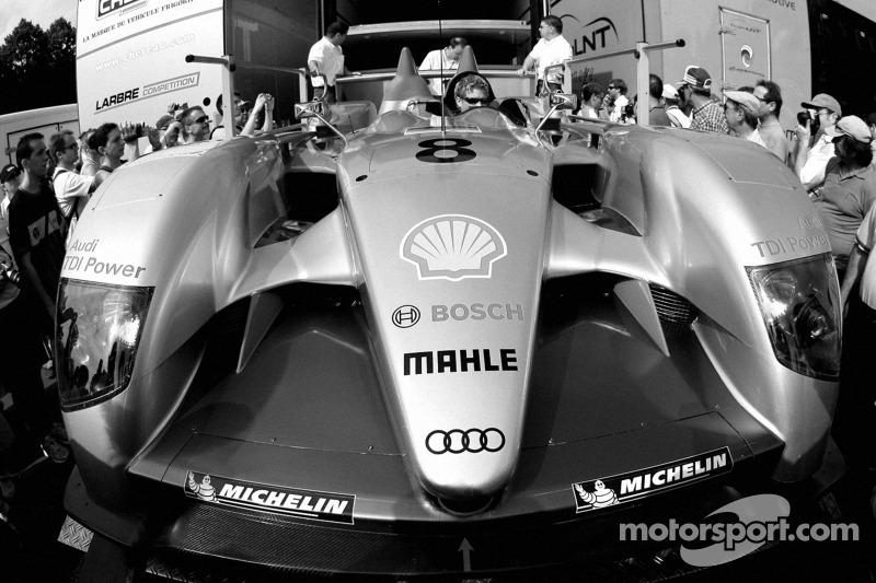 La Audi Sport Team Joest Audi R10 est déchargée