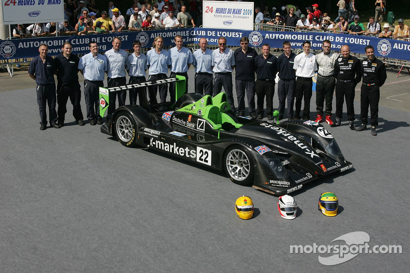 Martin Short, Joao Barbosa, Stuart Moseley et l'équipe Rollcentre Racing posent avec la Rollcentre Racing Radical SR9 Judd