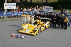 Miguel Amaral, Miguel Angel Castro, Angel Burgueno and the Chamberlain - Synergy Motorsport Team pose with the Chamberlain - Synergy Motorsport Lola B06-10 AER