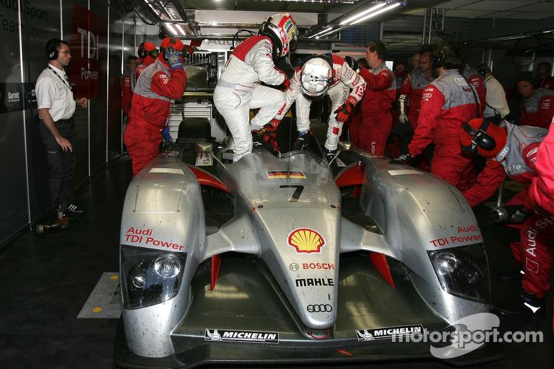 #7 Audi Sport Team Joest Audi R10 a des ennuis: Allan McNish et Tom Kristensen change de place