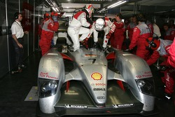 #7 Audi Sport Team Joest Audi R10 in trouble: Allan McNish and Tom Kristensen change seat