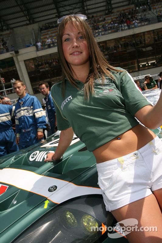 La jeune femme avec un drapeau de l'équipe BMS Scuderia Italia