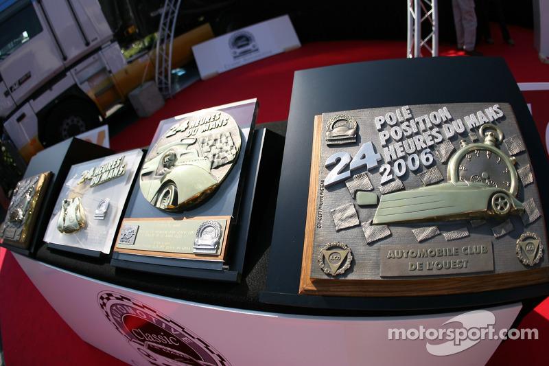 Les trophées du vainqueur de la pole position