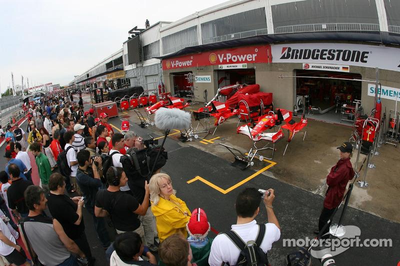 Des fans règlent le garage Ferrari