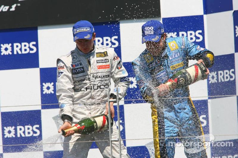 Podio: Champagne para Fernando Alonso y Kimi Raikkonen