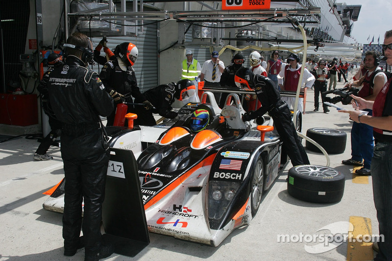 #33 Intersport Racing Lola B05/40 AER dans les stands